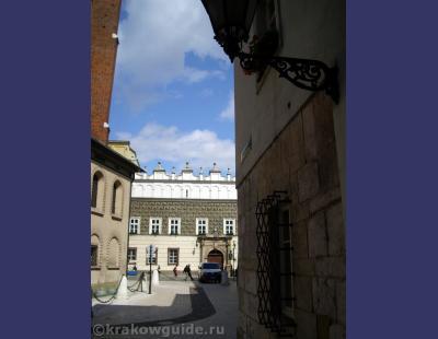Монументальные стены, романтическая улочка