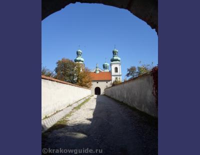 Вход в монастырь Кальмадулов