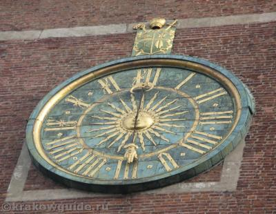 Часы на часовой башне бьют каждые 15 минут